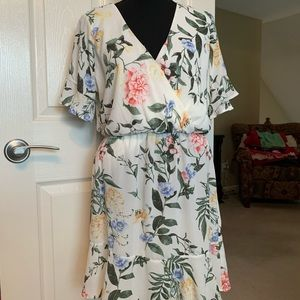 Adorable white floral dress! Like new! 🌸